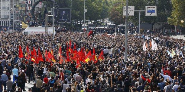 L'attentat d'Ankara n'est toujours pas revendiqué. Des milieux progouvernementaux accusent les Kurdes alors que ceux ci traitent de meurtrier le pouvoir D'Erdogan.