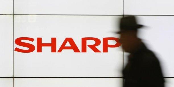 Sharp, qui compte au total près de 50.000 salariés, a annoncé jeudi 14 mai la suppression de 10% de ses effectifs mondiaux, dont 3.500 postes au Japon, et la vente de certains actifs, comme l'immeuble du siège social.