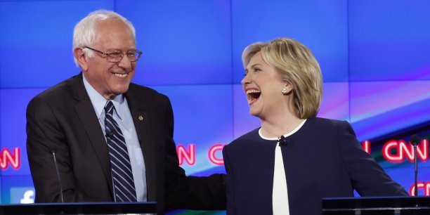 Bernie Sanders (à gauche) et Hilary Clinton se sont affrontés lors du premier débat démocrate en vue des primaires qui doit désigner le candidat démocrate aux prochaines élections présidentielles américaines.