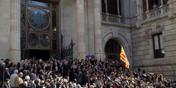 Artur Mas à sa sortie du palais de justice de Barcelone, accueillie par la foule.