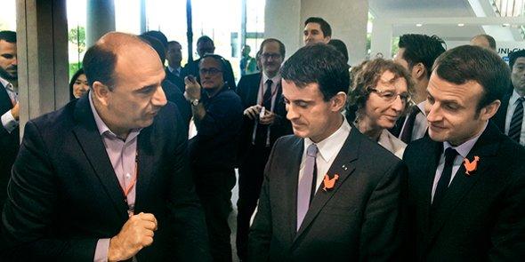 Christophe Carniel, fondateur de Vogo, aux côtés de Manuel Valls et Emmanuel Macron le 3 octobre 2015 au Japon.