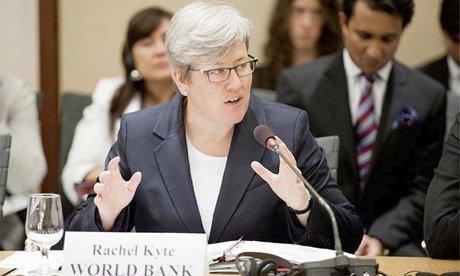 Rachel Kyte, chargée du dossier climat à la Banque mondiale, préconise de gérer la décarbonation de l'économie avec minutie afin d'éviter un choc trop brutal pour les industries polluantes et l'éclatement d'une « bulle carbone ».