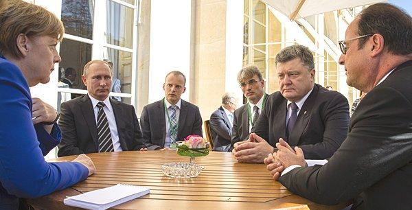 De gauche à droite : Angela Merkel, Vladimir Poutine, le président ukrainien Poroshenko et François Hollande, durant leur rencontre à Paris, le 2 octobre 2015.