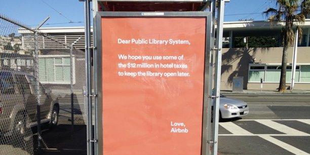Des panneaux conseillaient notamment à la ville d'utiliser une partie de l'argent de la taxe hôtelière pour maintenir les bibliothèques ouvertes plus tard le soir.