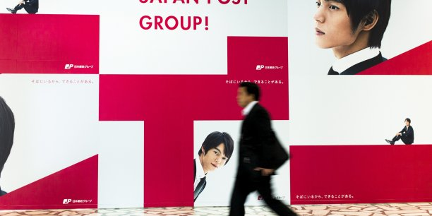 La cession d'actions du mastodonte va ainsi intervenir dix ans après le vote de sa privatisation sous le gouvernement de droite de Junichiro Koizumi (2001-2006).