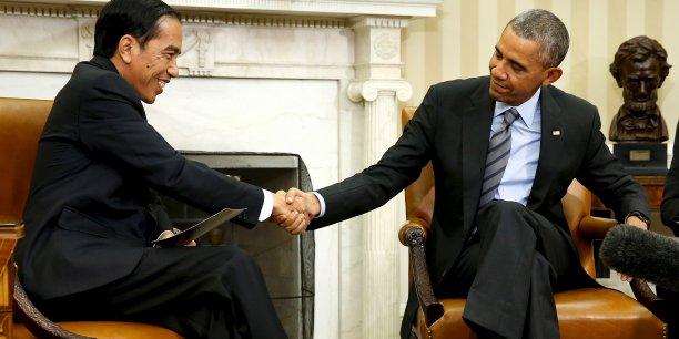 Le président indonésien Joko Widodo serre la main du président américain Barack Obama lors d'une rencontre à la Maison blanche le 26 octobre 2015.