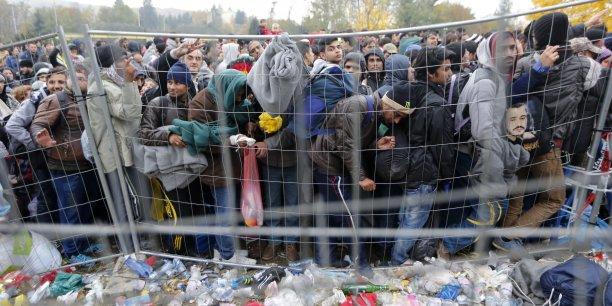 La ministre de l'Intérieur, Johanna Mikl-Leitner, avait annoncé la veille la construction de barrières techniques, sans parler précisément d'une clôture.