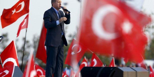 Si l'AKP ne remporte pas son pari à l'issue des élections, il est peu probable qu'il parvienne à trouver un accord avec l'opposition, analyse Jean-François Pérouse. Sur la photo, le président turc à Istanbul le 20 septembre, lors d'un rassemblement contre les attaques terroristes des rebelles kurdes.