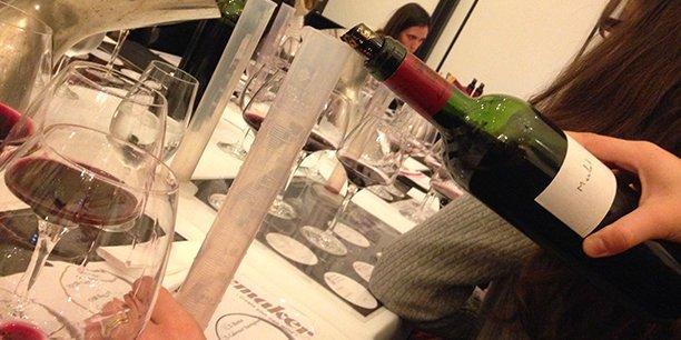 Les ateliers proposent aux participants de réaliser un assemblage de cépages selon leur goût.
