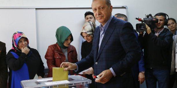 L'AKP, le parti islamo-conservateur du président turc Recep Tayyip Erdogan, a retrouvé la majorité absolue au parlement.
