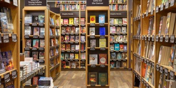 Le premier magasin physique ouvert par Amazon, situé dans un centre commercial de plein air de Seattle distribue les livres mais aussi les tablettes liseuses Kindle et Kindle Fire.