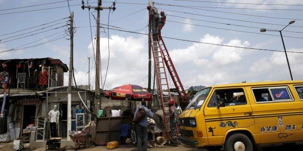 « 75 % des Africains n'ont pas accès à ces droits fondamentaux que sont la lumière et l'électricité », a rappelé Roger Nkodo Dang, soit 600 millions d'Africains qui sont dépourvus d'un accès à l'électricité.