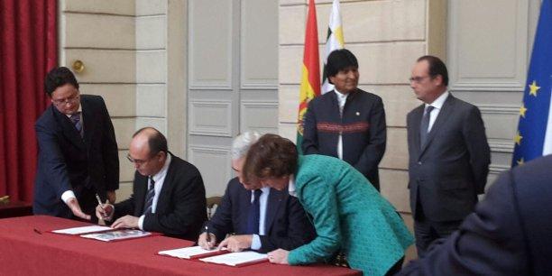 La cérémonie pour la signature du contrat a été organisée à l'Elysée en présence du président bolivien Evo Morales et de François Hollande