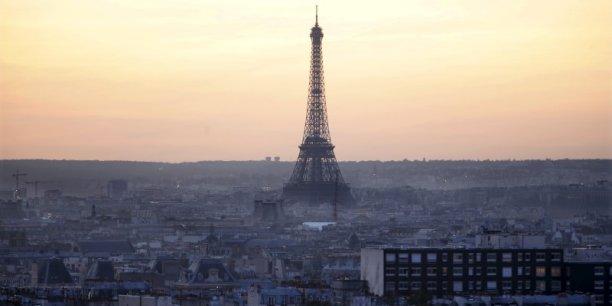 Paris est pour Airbnb l'un des premiers marchés du monde avec 65.000 logements revendiqués. Comme toutes les grandes villes touristiques, la capitale multiplie les initiatives pour lutter contre cette location meublée touristique illégale qui se développe au détriment du secteur hôtelier, favorise la spéculation immobilière, vide certains quartiers de ses habitants et provoque des désagréments quotidiens pour les autres.