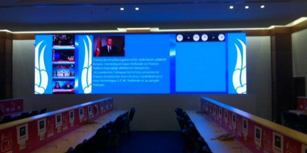 Le message de solidarité du président Erdogan, en turc et en français, est affiché dans la salle de presse.