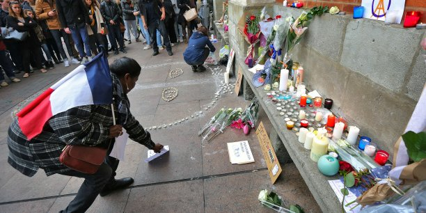 Les Toulousains rendent hommage aux victimes place du Capitole à Toulouse