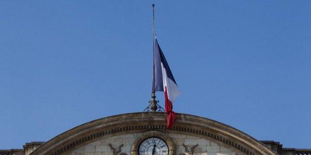 Les drapeaux à Bordeaux, comme dans la France entière, sont en berne.