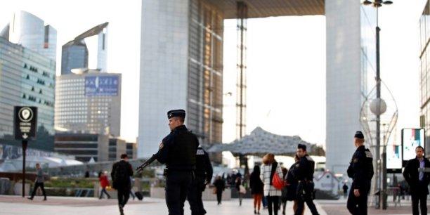 L'annonce que La Défense, premier quartier d'affaires européen qui compte 2.500 entreprises, était un objectif a été faite mercredi matin lors d'une réunion des chefs de service de la police judiciaire, ont ajouté ces sources policières.