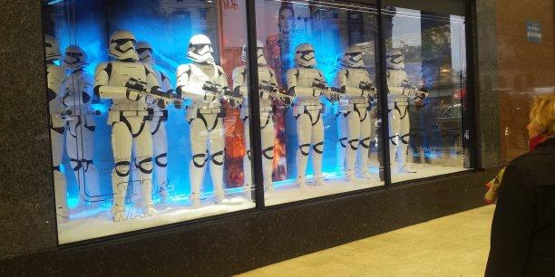Les vitrines de Noël des Galeries Lafayette mettent Star Wars à l'honneur cette année. Mais ce jeudi 19 novembre, aucune foule ne se bousculait pour les observer.