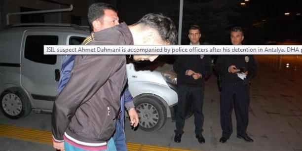 La police antiterroriste turque a été avertie de la présence d'Ahmet Dahmani à son arrivée en avion à Antalya et elle l'a suivi jusqu'à son hôtel, dans le quartier de Manavgat, écrit l'agence de presse Dogan. En photo, le suspect lors de son arrestation.