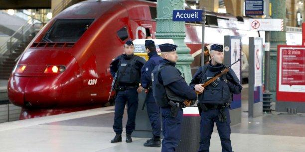 Pour l'instant, la sécurité des gares est assurée par l'armée dit Ségolène Royal. Ce qui ne répond pas du tout à la demande de Guillaume Pepy qui souhaiterait instaurer une police ferroviaire en civil et armée pour patrouiller non dans les gares mais dans les trains.