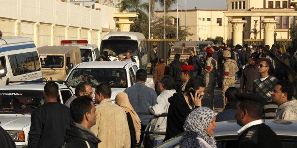 Le ministère de la Santé a fait état aussi de 17 blessés. (Photo: Les funérailles des 30 militaires tués lors de quatre attaques de djihadistes, le 29 janvier 2015, dont la principale a frappé la ville d'Al-Arich, chef-lieu de la province du Nord-Sinaï, avec tirs de roquettes sur le QG de la police et une base militaire proche puis l'explosion d'une voiture bourrée d'explosifs conduite par un kamikaze contre l'entrée de la base)
