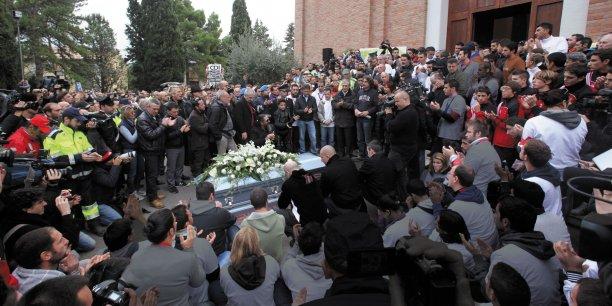Plusieurs centaines de gens ont rendu un dernier hommage à Arnaud Lehachis, témoin d'une époque révolue de l'histoire sociale de la France.