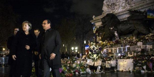 Angela Merkel et François Hollande rendent hommage aux victimes des attentats de Paris, à la place de la République.