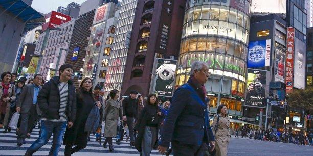 La consommation des foyers, qui compte pour quelque 60% du produit intérieur brut (PIB) japonais, peine à rebondir depuis une hausse de TVA début avril 2014. Cette frilosité pèse sur la reprise nippone.