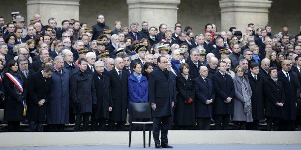 Aux Invalides, François Hollande était entouré des membres du gouvernement et de tous les partis, des familles des personnes frappées, des blessés, ainsi que du personnel soignant.