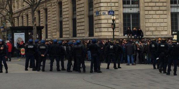 Après une chaîne humaine calme, des heurts ont opposé certains manifestants et policiers