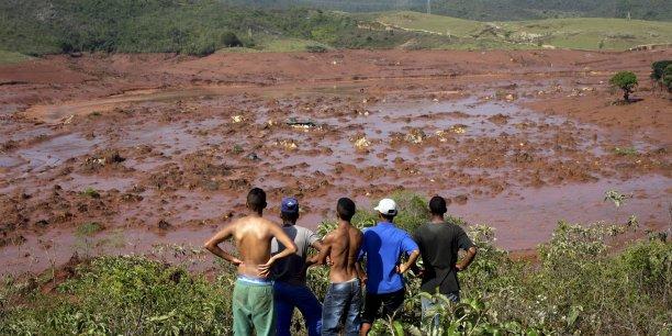 La catastrophe a provoqué une gigantesque coulée de boue qui a totalement submergé le village de Bento Rodrigues, faisant au moins 13 morts et laissé 280.000 personnes sans eau.