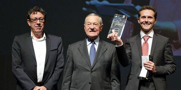 Jacques Bascou, président du Grand Narbonne, a remis le trophée de la Saga familiale ex aequo aux dirigeants d'Ateliers d'Occitanie
