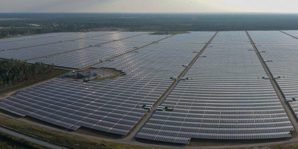 Visuellement, la densité des panneaux de la plus puissante centrale photovoltaïque d'Europe, installée à Cestas (Gironde) près de Bordeaux par Neoen, est impressionnante.