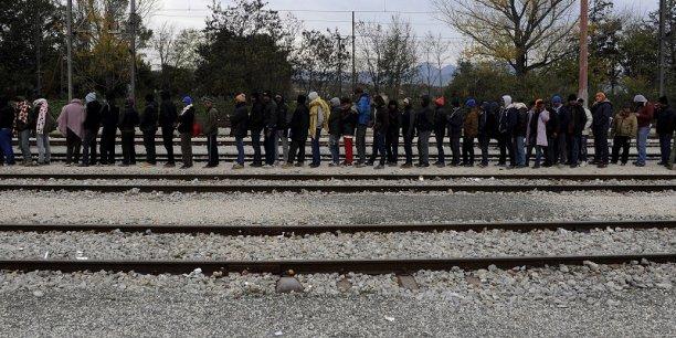 Une distribution de nourriture à des réfugiés à la frontière entre la Grèce et l'ARYM