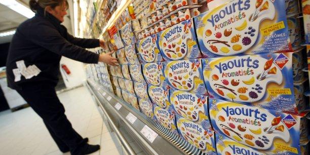 Les fameuses cartonnettes ou cavaliers entourant les packs de yaourts sont devenu l'un des symboles du suremballage, les consommateurs en éprouvant l'absurdité dès qu'ils mettent leurs produits dans le réfrigérateur.