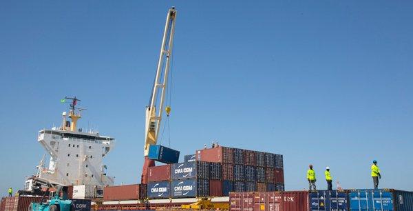 Déchargement d'un navire sur le port autonome de Nouakchott, qui va être doté d'un terminal spécial pour conteneurs.