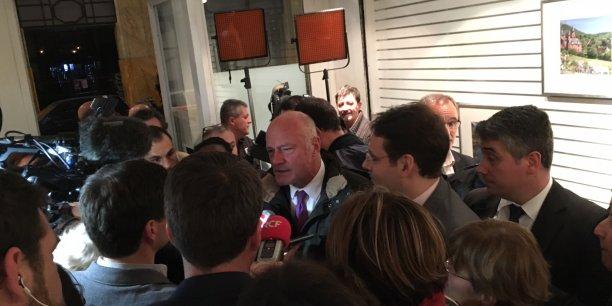 Alain Rousset (au centre) ce dimanche soir à sa permanence de campagne bordelaise