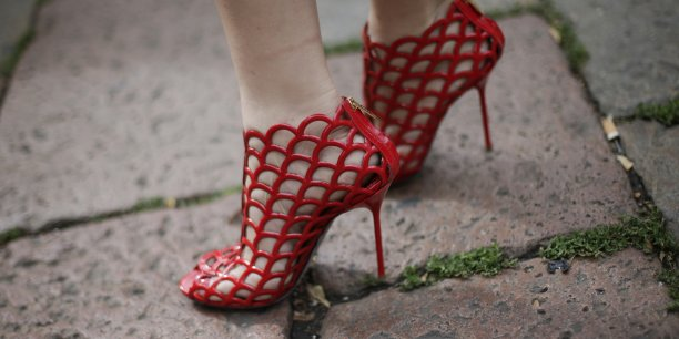 La marque avait connu le succès avec des souliers haut perchés et sexy, avant d'être dépassée par l'essor d'une nouvelle génération de chausseurs comme Christian Louboutin ou Jimmy Choo.