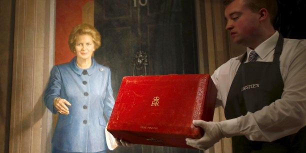 La petite valise rouge de Margaret Thatcher a été adjugée pour la modique somme de 334.000 euros.
