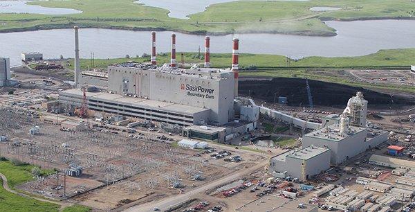 En s'élevant dans la tour, les fumées issues de la centrale sont mélangées à de l'eau contenant des produits chimiques conçus pour se coller au gaz carbonique, qui se retrouve piégé dans le liquide