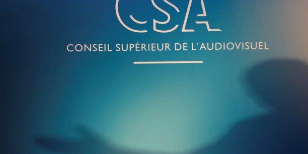 A compter du 10 avril, sous l'égide du Conseil supérieur de l'audiovisuel (CSA), la campagne électorale officielle débute avec l'obligation pour les télés et radios de respecter strictement l'égalité de temps de parole des candidats. Particularité de cette campagne, les drapeaux français et européen, ainsi que La Marseillaise ne pourront pas être incrustés dans les spots officiels des candidats...