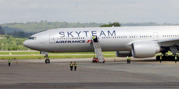 Dans la nuit de samedi à dimanche, un avion d'Air France, en provenance de l'île Maurice et à destination de Paris, a fait un atterrissage d'urgence au Kenya, après la découverte d'un colis suspect à bord.