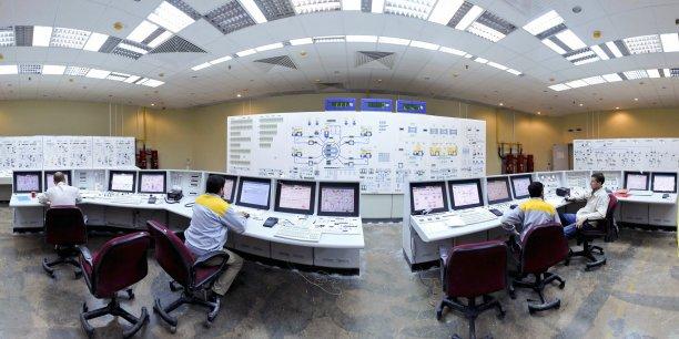En 2009, des opérateurs russes et iraniens au poste de pilotage de la centrale nucléaire de Bouchehr (construite par la Russie), à 1.200 km au sud de Téhéran.