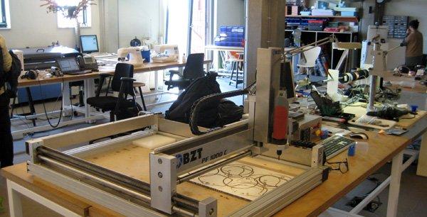 Dans ces espaces collaboratifs, des machines sont mises à disposition des bricoleurs du dimanche, génies méconnus ou entrepreneurs débutants.