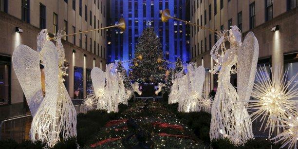 Les « lumières décoratives » qui ornent notamment les sapins et guirlandes à Noël aux Etats-Unis pèseraient ainsi 6,63 milliards de kilowatts/heure. Sur la photo, les décorations de Noël du célèbre centre commercial, le Rockefeller Center.