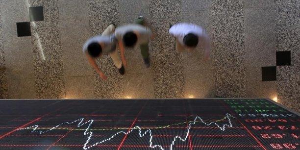 Les places de Shanghai et de Shenzen ont décroché de plus de 7% lundi 4 janvier 2016, conduisant les autorités chinoises à écourter la séance, afin d'éviter un krach similaire à celui de l'été dernier.