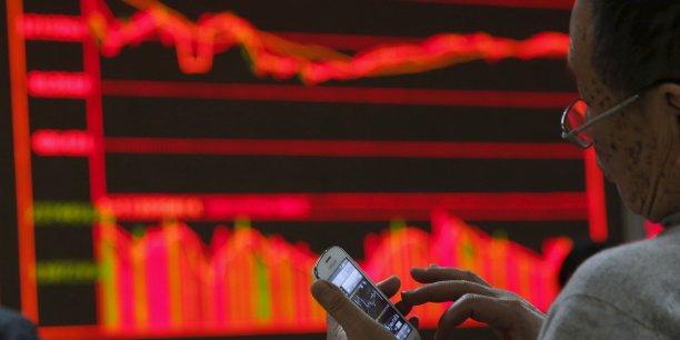 Certains investisseurs n'ont plus aucune envie de se battre à contre-courant à l'approche des vacances du Nouvel an lunaire, le marché est donc très vulnérable: dès que le repli des cours s'est accentué, les investisseurs paniqués se sont mis à vendre à tout rompre, a indiqué Zhang Yanbing, analyste du courtier Zheshang.