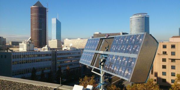 Un module de concentration disposé sur un toit, à Lyon.