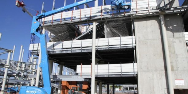 Les chantiers de stades (ici Bordeaux), de bâtiments commerciaux et industriels de plus en plus originaux nécessitent de plus en plus de machines élévatrices. Acces Industrie, désormais replié en France, compte bien en profiter pour redevenir rentable.